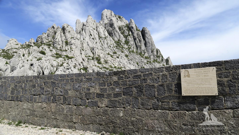 Urlaub mit Hund in Kroatien: Windschutzmauer und Gedenkstätte am Mali Alan