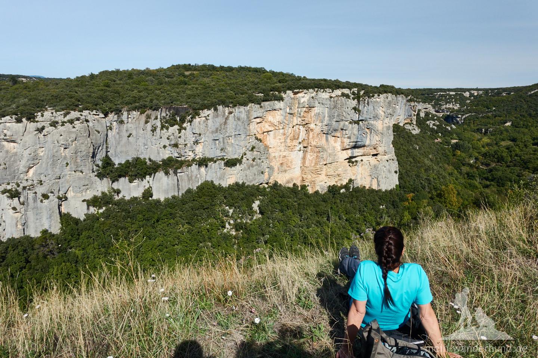 Auf einer Wiese am Plateau hat man beste Aussicht auf die Kletterfelsen von Buoux.