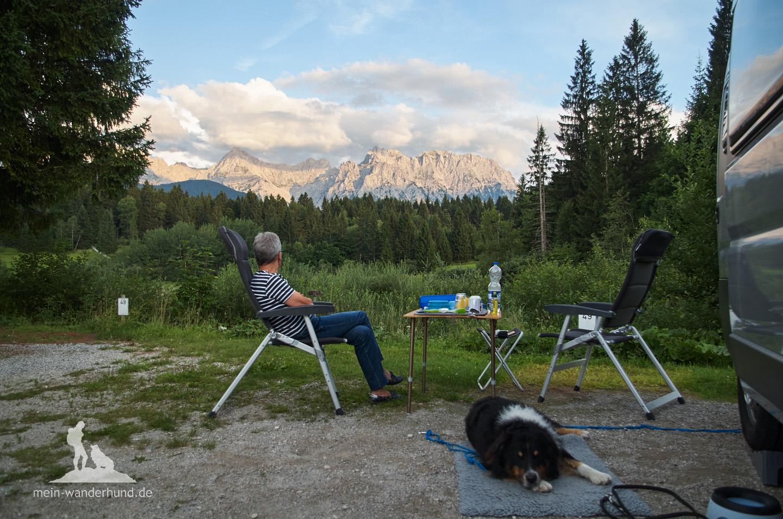 Campingplatz mit Karwendelblick am Abend.