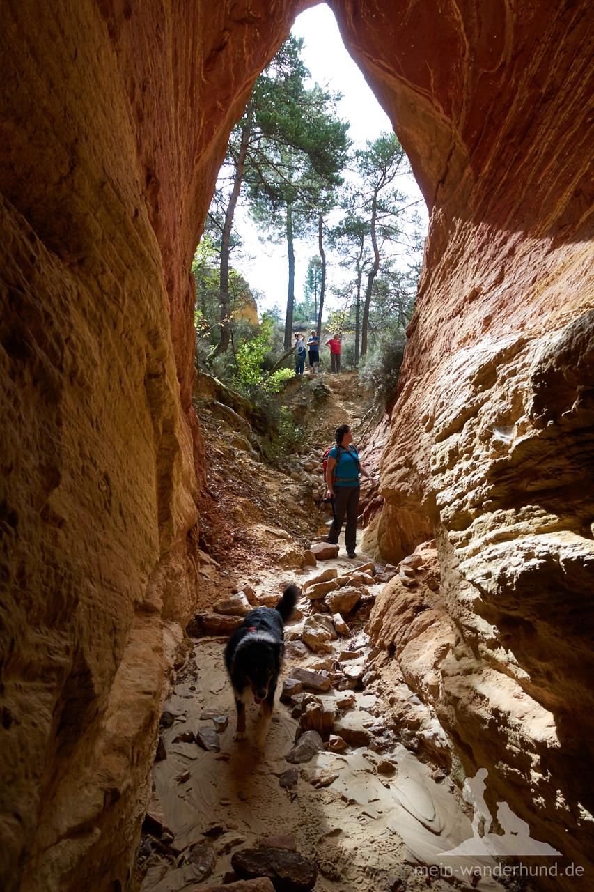 Diese tolle Höhle darf man nicht betreten - wir haben das Verbotsschild zu spät gesehen.