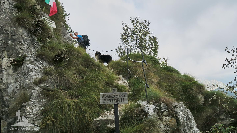 ... führt ein Steig zum Gipfelmonument.