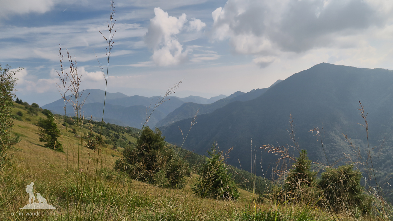 Grüne Grashänge des Monte Stino ...