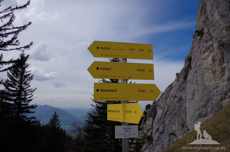 Wegweiser kurz vorm Heuberg-Gipfel.