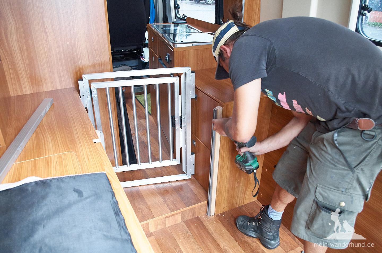 Beim Einbau: Das vordere Gitterteil mit Öffnung in den Fahrerraum ...