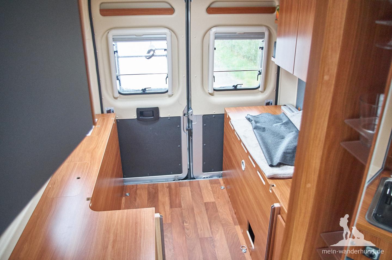 Dieser Raum unter dem Bett soll für Ari im Wohnmobil einen sicheren Platz bieten.