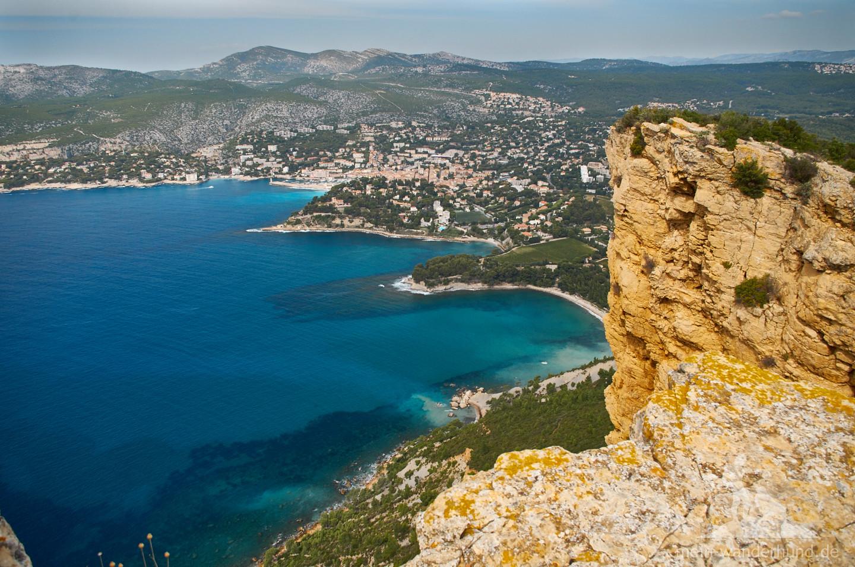 Kontrastreich: Die blaue Bucht von Cassis und die gelbe Steilküste.