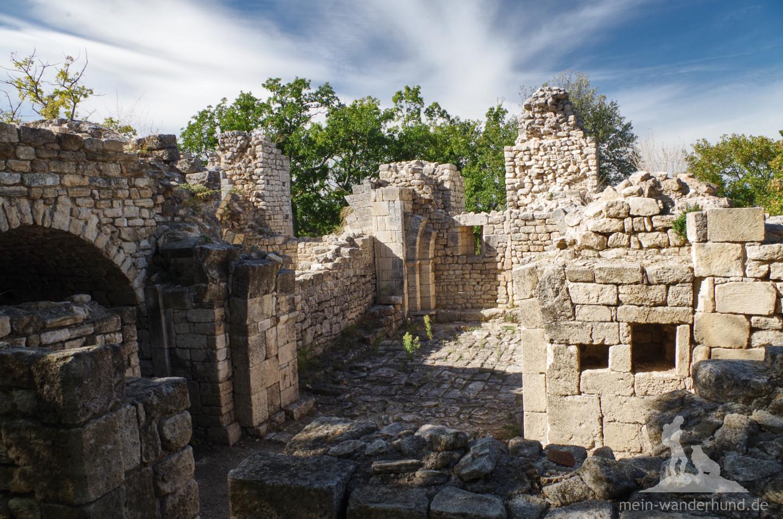 Mehrere Befestigungsringe mit unterschiedlichen Gebäuden kennzeichnen das Fort ...