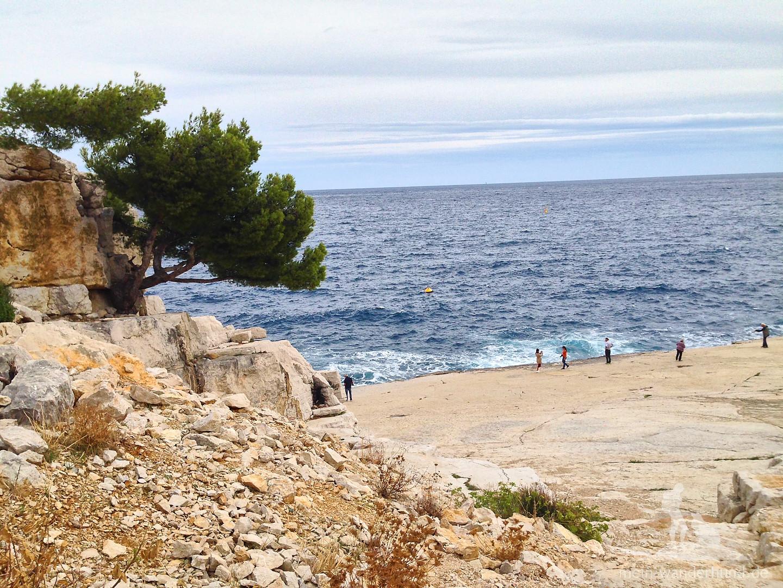 Vorn an der Steilkante spielen die Menschen mit den Wellen - und ein paar wurden pitschnass dabei.