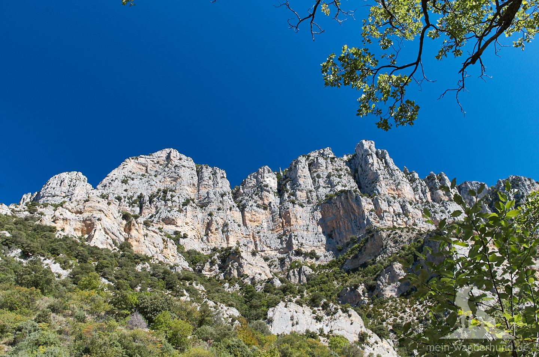 Schon beim Einstieg ist die Aussicht auf raue Felsmassive beeindruckend.