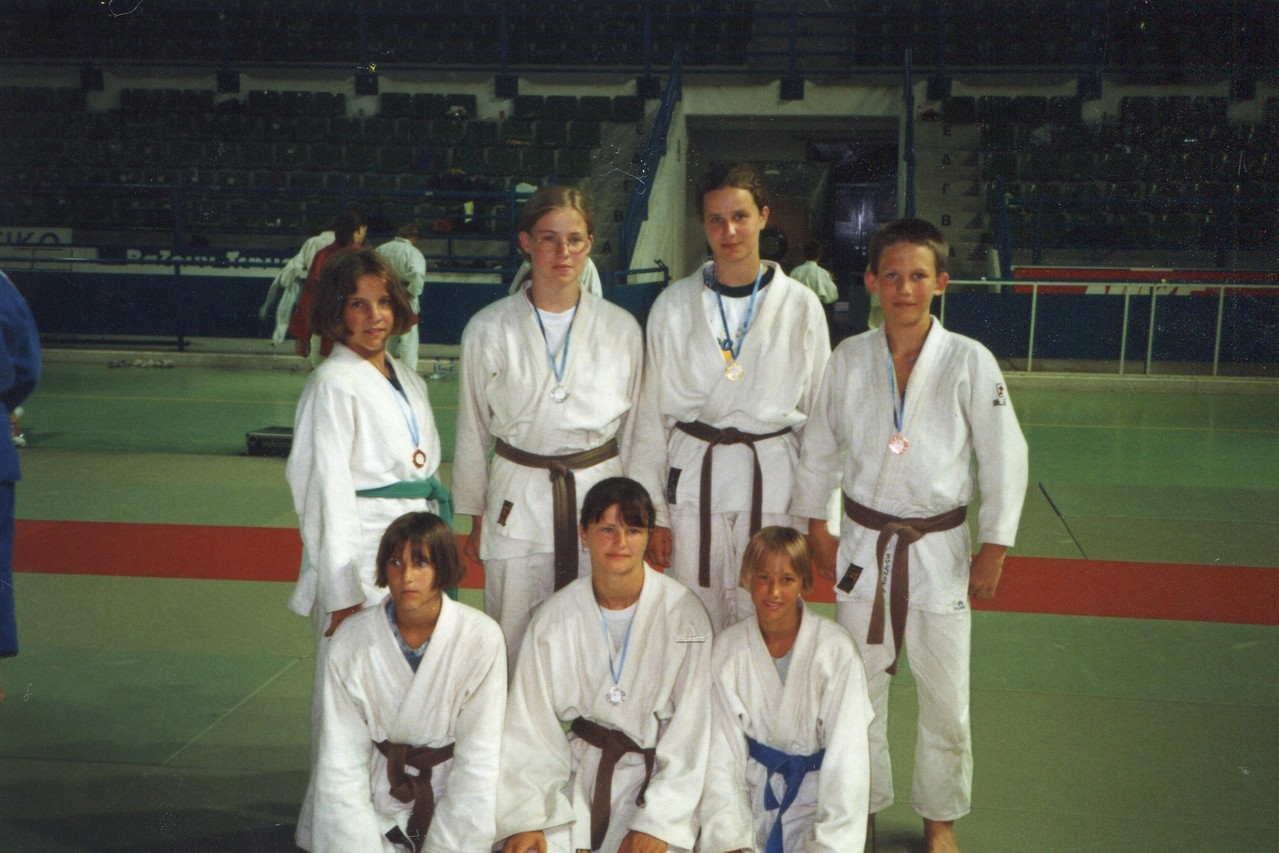 1998  Angela Weitzer, Stefanie Stummer, Katharina Stummer, Lukas Baumgartner, (v.l.n.r. hinten)  Daniela Weitzer, Monika Moormann, Doris Washüttl (v.l.n.r. vorne)