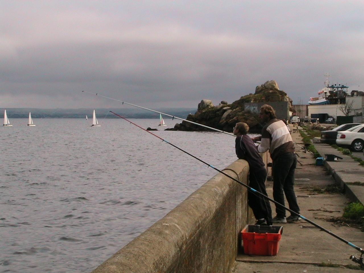 Pêcheurs devant le rocher du Flimiou