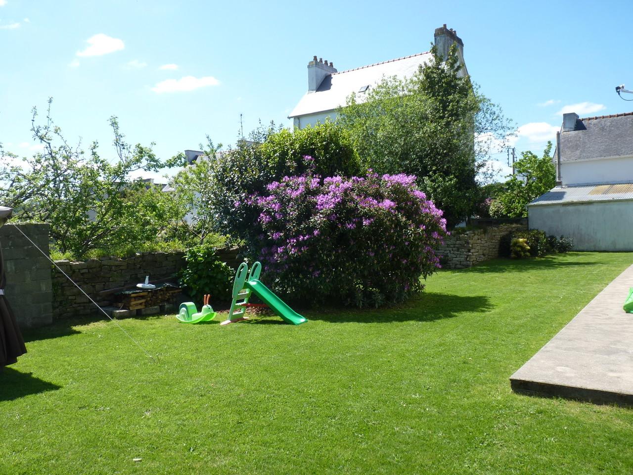 Jardin en pelouse autour de la maison (environ 400 m²)