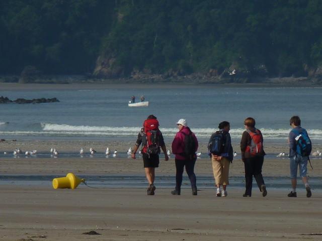 Marcheurs sur la plage du Ris