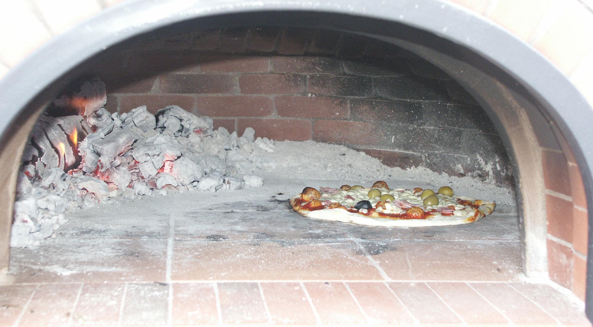 15. beim Pizzabacken brennt immer ein Holzscheit