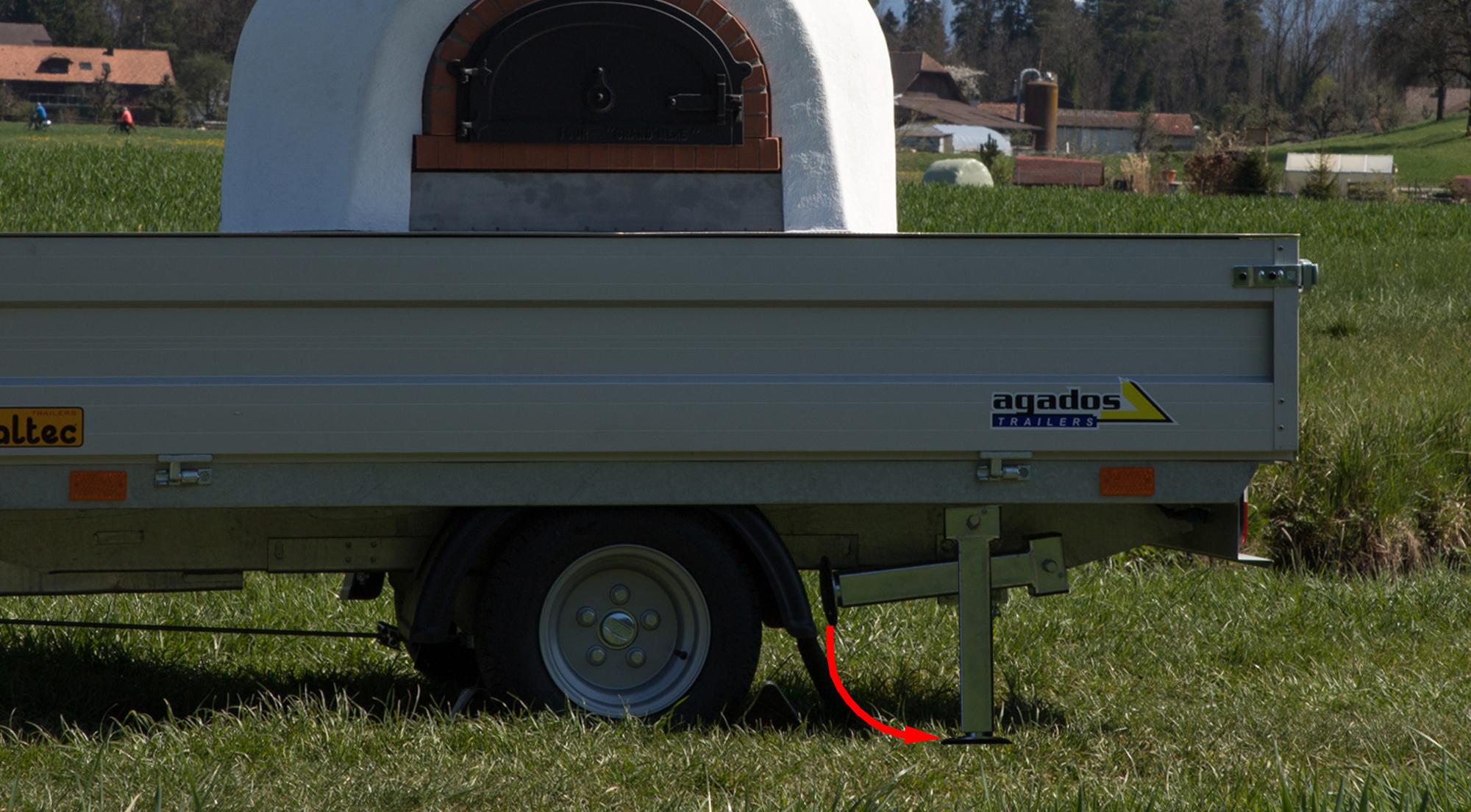 06. beim Pizzamobil_800 Heckstützen herunterklappen und mit Kurbel stabilisieren