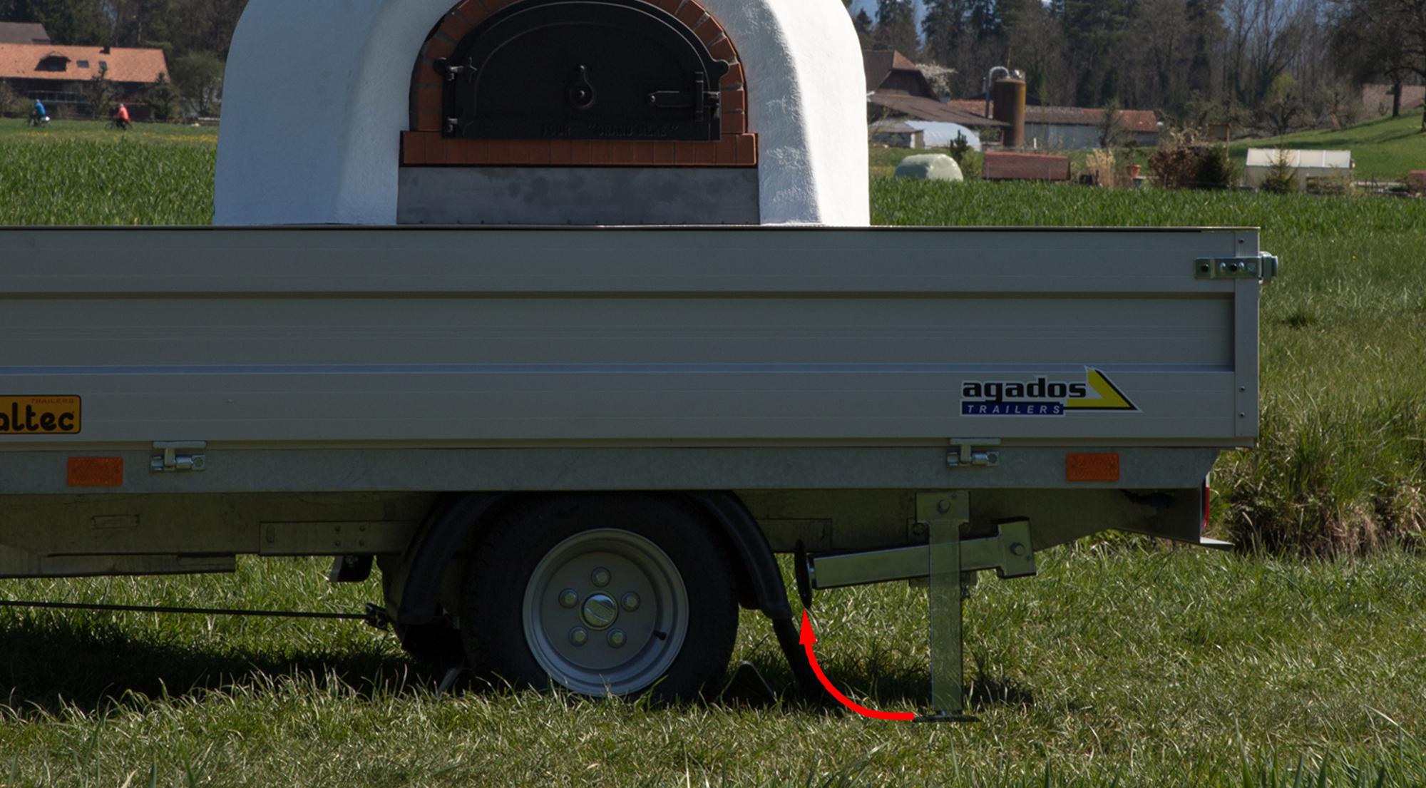 18. beim Pizzamobil_800 Heckstützen mit der Kurbel einziehen und hochklappen