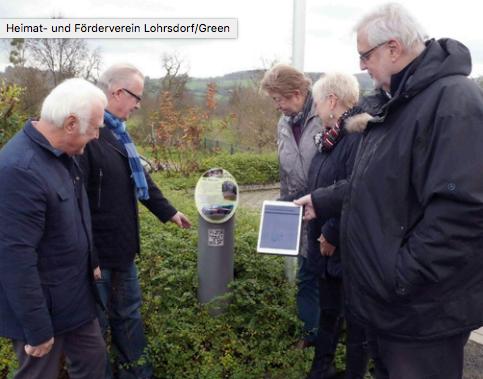 Erstes Ausprobieren des QR Code an der Informationssäule am Dorfgemeinschaftshaus in den Auen  Foto Jochen Tarrach