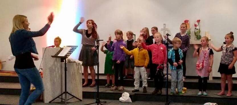 Der Kindermusicalchor in Aktion (unter der Leitung von Silja Mansholt)