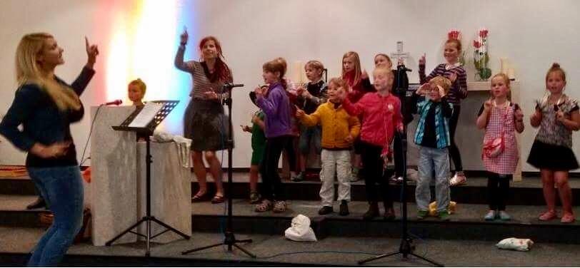Der Kindermusicalchor in Aktion (mit Unterstützung von Miriam Eng)