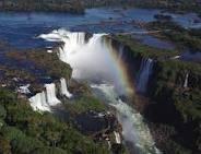 A droite le côté Argentin, à gauche, le côté brésilien