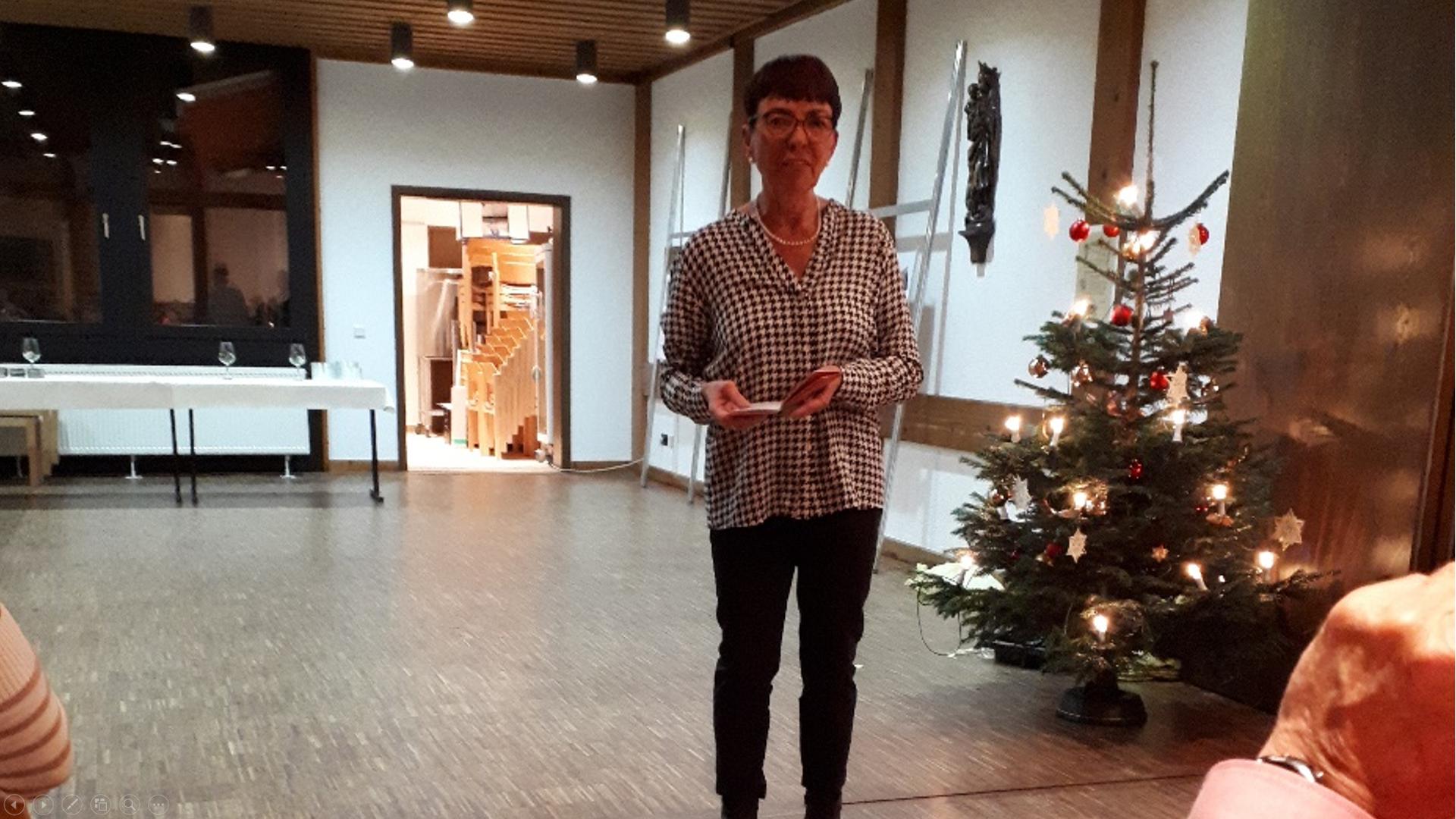 Ilse Beuscher-Schachte unterhielt die Gäste mit einer kurzweiligen und humorvollen Weihnachtsgeschichte