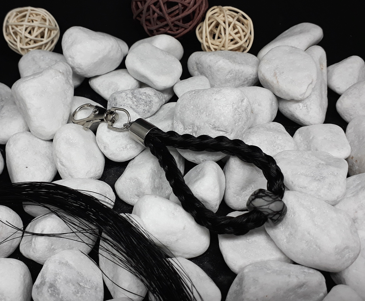 """Rund geflochtener Schlüsselanhänger aus 6 dicken schwarzen Strängen, mit einem Edelstein """"Picasso Jaspis dunkel"""" und Endkappe aus Edelstahl - Preis: 35 Euro"""