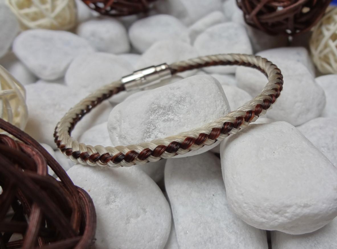 R8-längsstreifen: Rund geflochtenes Pferdehaar-Armband aus 4 weißen und 4 braunen Strängen, mit Edelstahl-Bajonettverschluss - Preis: 54 Euro