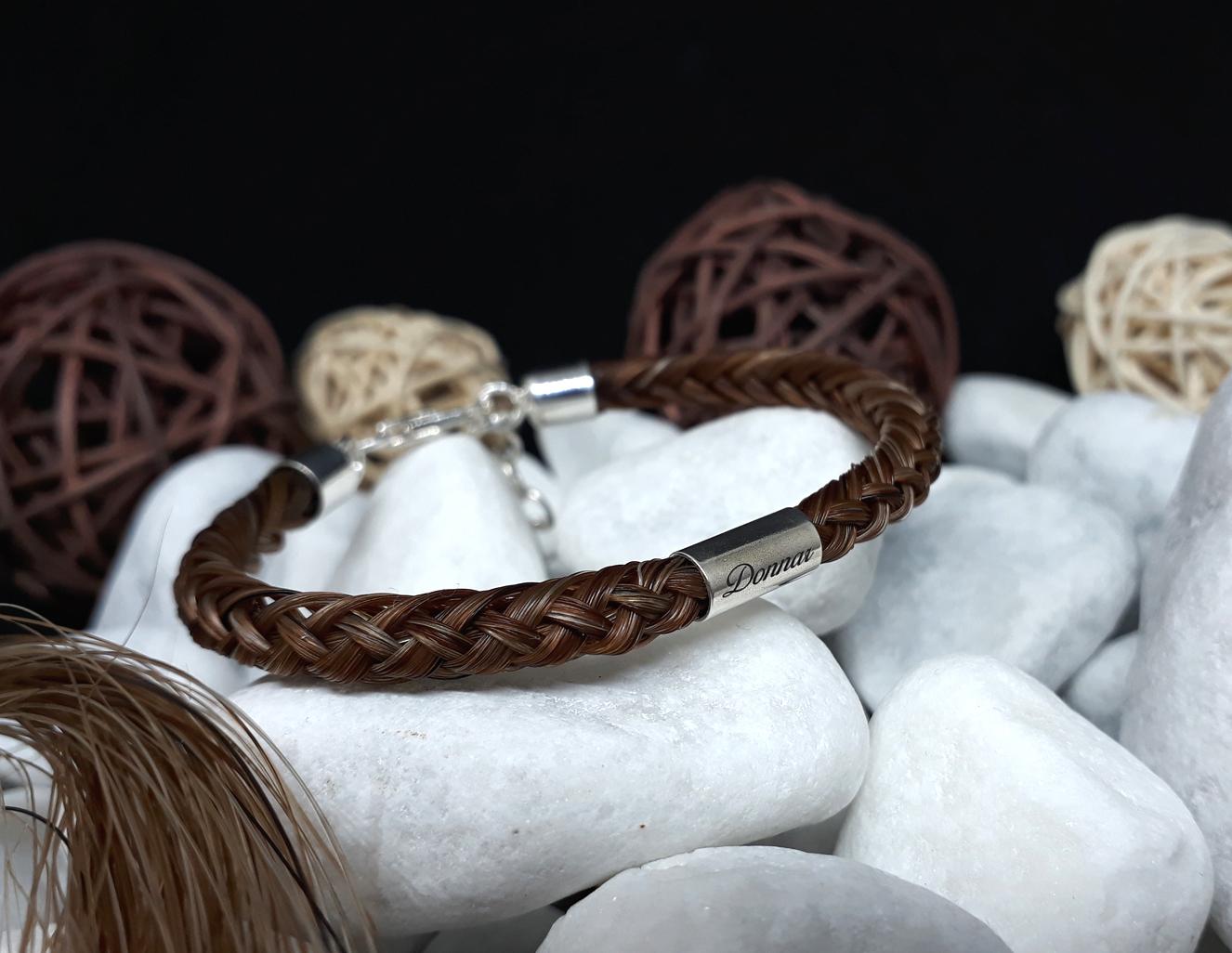 R8-Gravur-Silberhülse (dick): Rund geflochtenes Armband aus 8 orangerot mellierten Strängen mit 925er Silber-Hülse (dick) mit Gravur, mit 925er Silber-Karabinerverschluss - Preis: 79 Euro