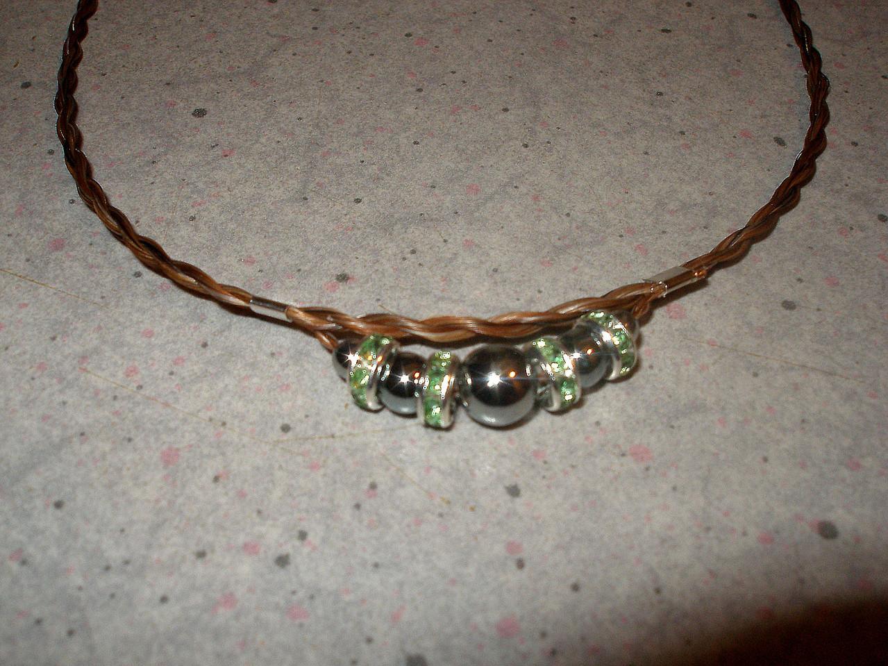 """Halskette """"Red Pointed"""" mit grünen glitzernden Rondellen"""