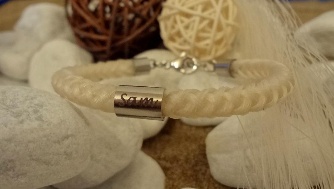 R8-Gravur-Edelstahlhülse (dick): Rund geflochtenes Armband aus 8 reinweißen Strängen mit einer dicken Edelstahlhülse mit Gravur - mit Edelstahl-Karabinerverschluss - Preis: 64 Euro