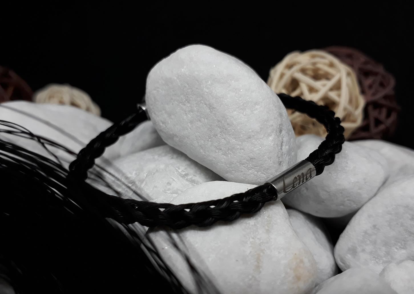 R6-Gravur-Edelstahlhülse (dünn): Rund geflochtenes Armband aus 6 schwarzen Strängen mit einer dünnen Edelstahlhülse mit Gravur - mit Edelstahl-Karabinerverschluss - Preis: 59 Euro