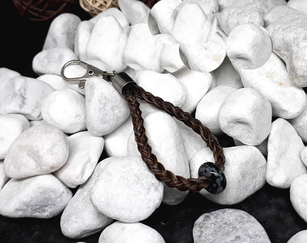 """Rund geflochtener Schlüsselanhänger aus 6 braun mellierten Strängen, mit einem Edelstein """"Schneeflocken Obsidian"""" und Endkappe aus Edelstahl - Preis: 35 Euro"""