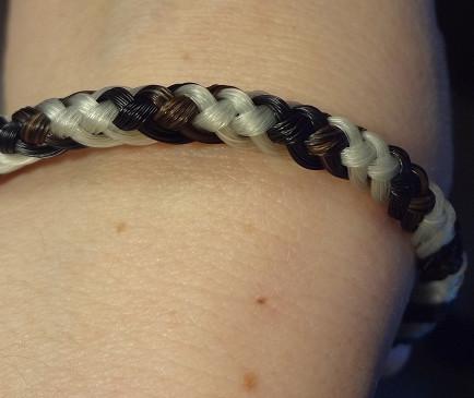 Armband aus Pferdehaar aus 4 weißen, 2 braunen und 2 schwarzen Strängen