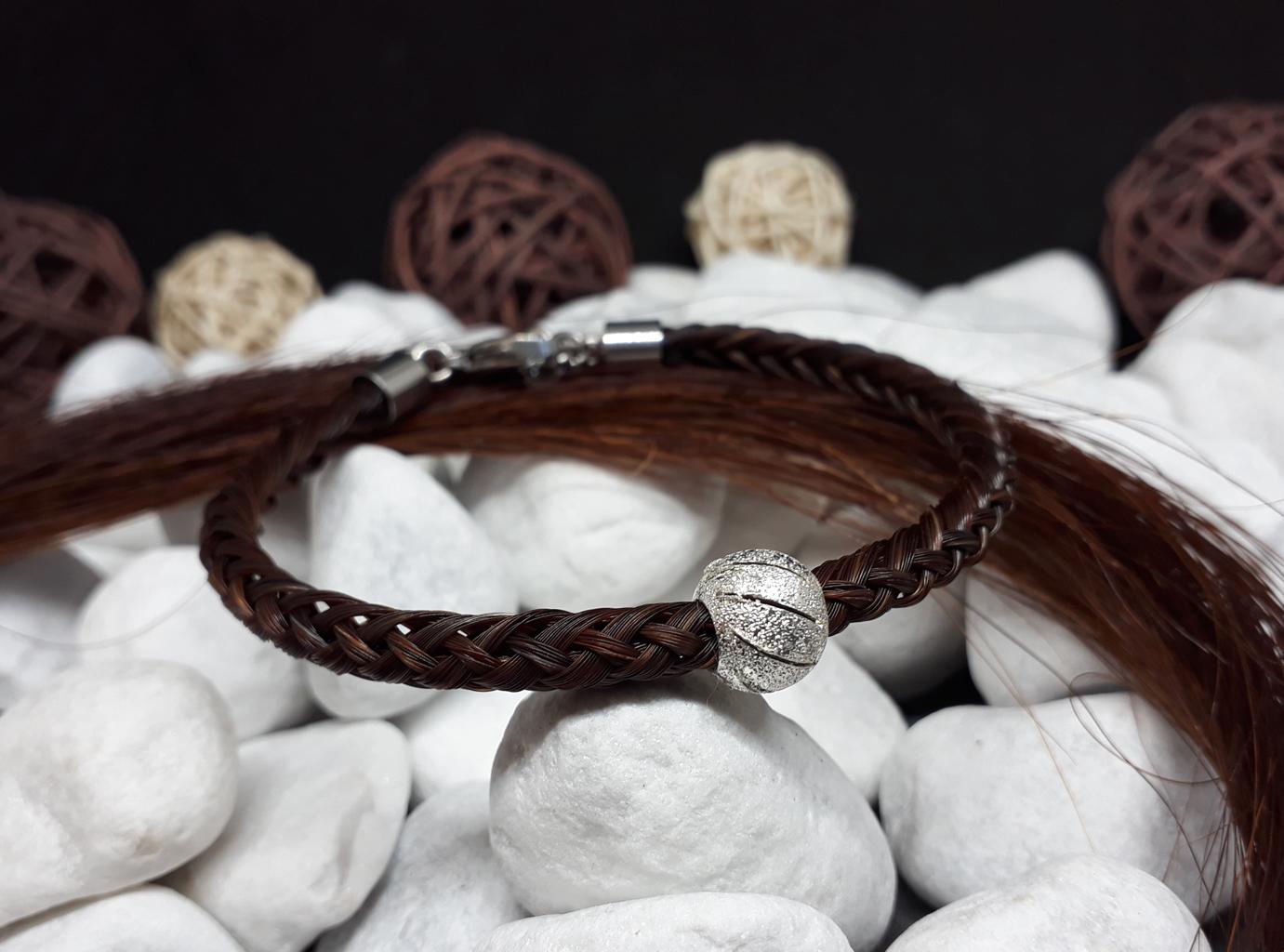 """R8-Stardust: Rund geflochtenes Armband aus 8 Strängen mit einer versilberten Perle """"Stardust"""", mit Edelstahl- Karabinerverschluss - Preis: 59 Euro"""