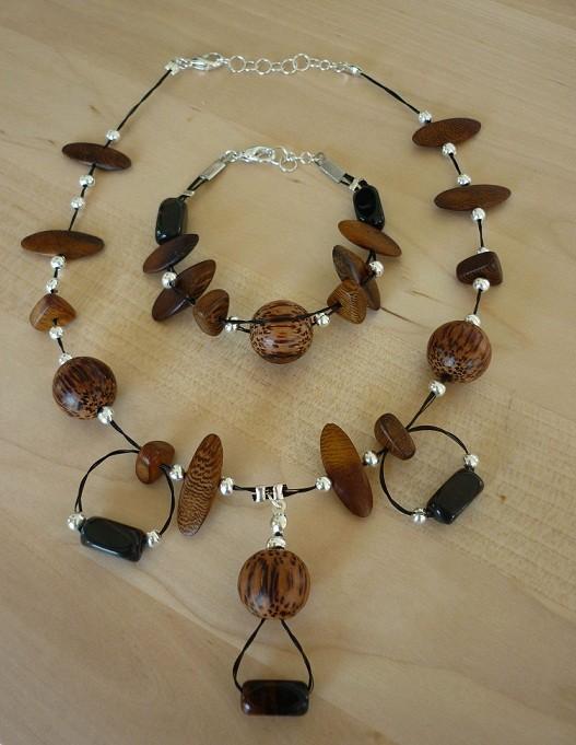 Kordel aus schwarzem Pferdehaar mit eingearbeiteten Palmperlen und Edelsteinen vom Kunden