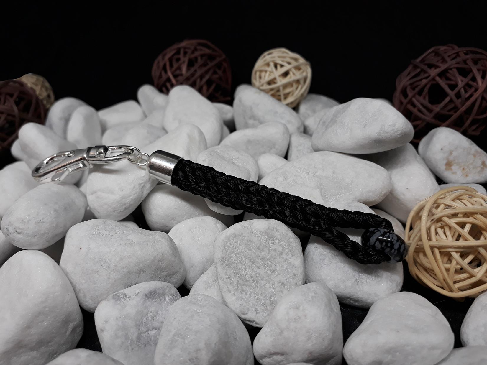 """Schlüsselanhänger in Stabform, viereckig geflochten mit schwarzem Pferdehaar, mit Edelstein """"Schneeflocken Obsidian"""", mit Endkappe aus 925er Silber - Preis: 42 Euro"""