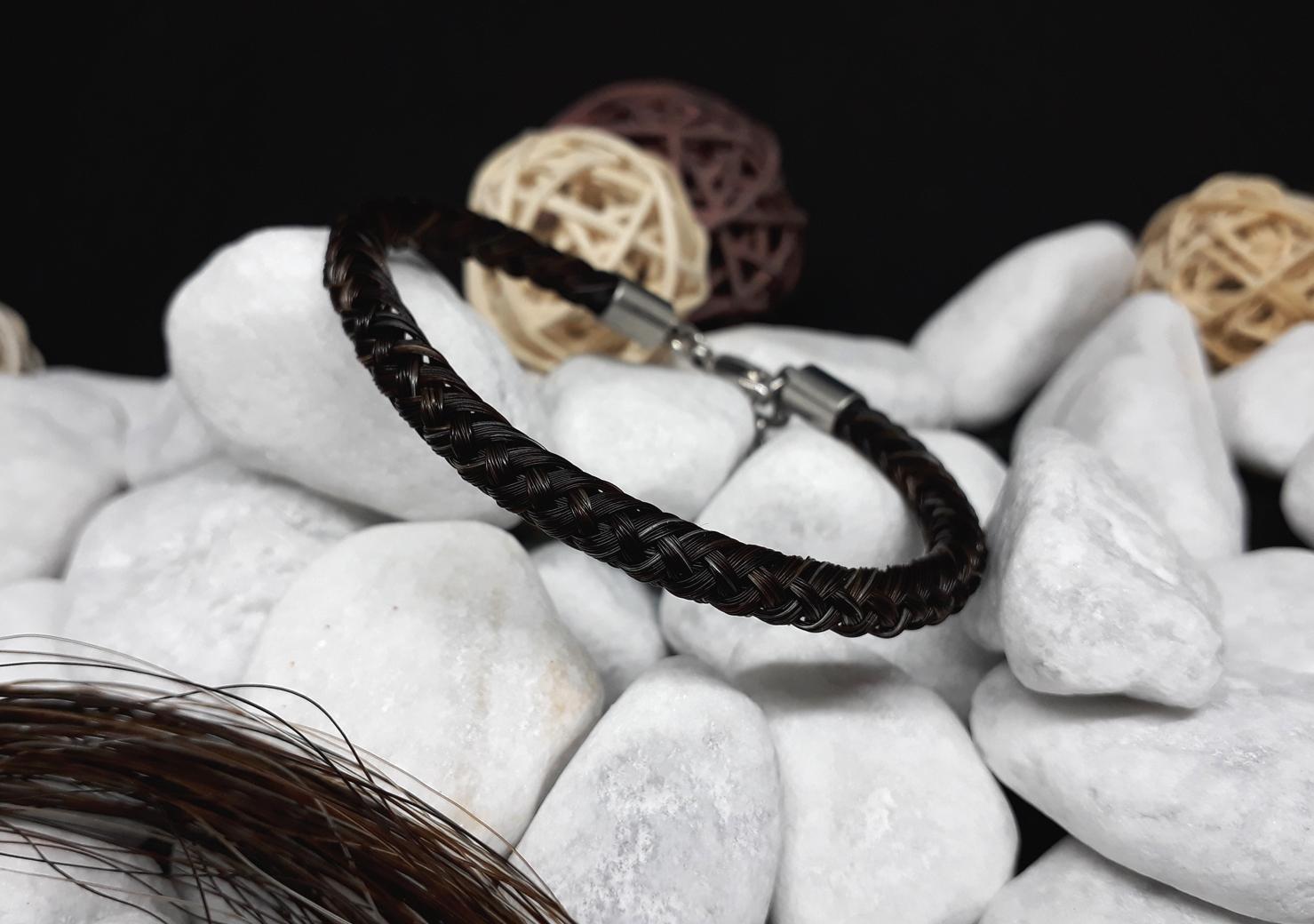 R8-schwarz: Rund geflochtenes Pferdehaar-Armband aus 8 schwarzen Strängen mit einzelnen helleren Haaren, mit Edelstahl-Karabinerverschluss - Preis: 54 Euro