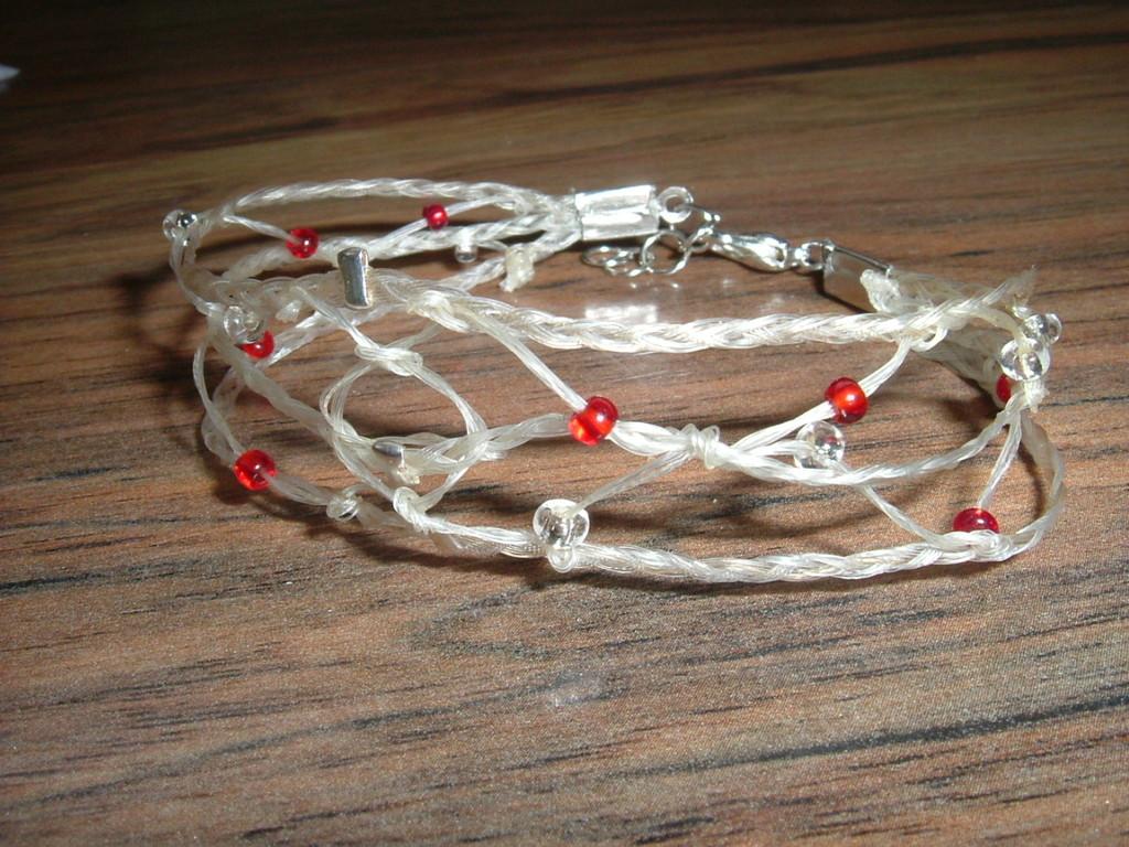 Filigranes Armband mit kleinen roten und durchsichtigen Perlen