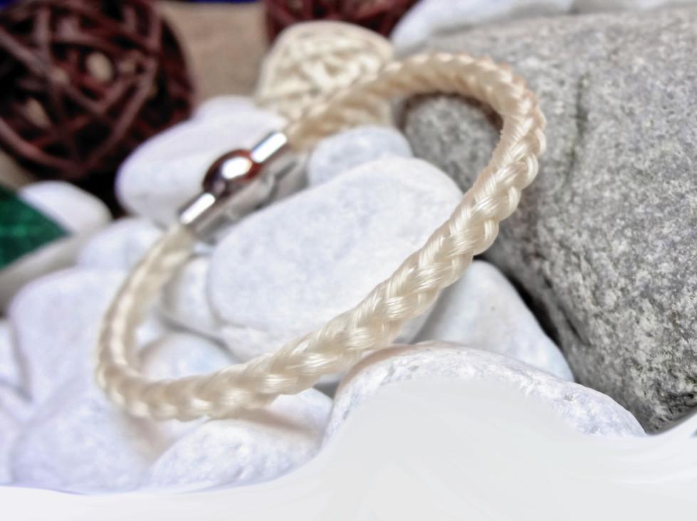 R6-weiß: Rund geflochtenes Pferdehaar-Armband aus 6 weißen Strängen mit Edelstahl-Magnetverschluss - Preis: 49 Euro