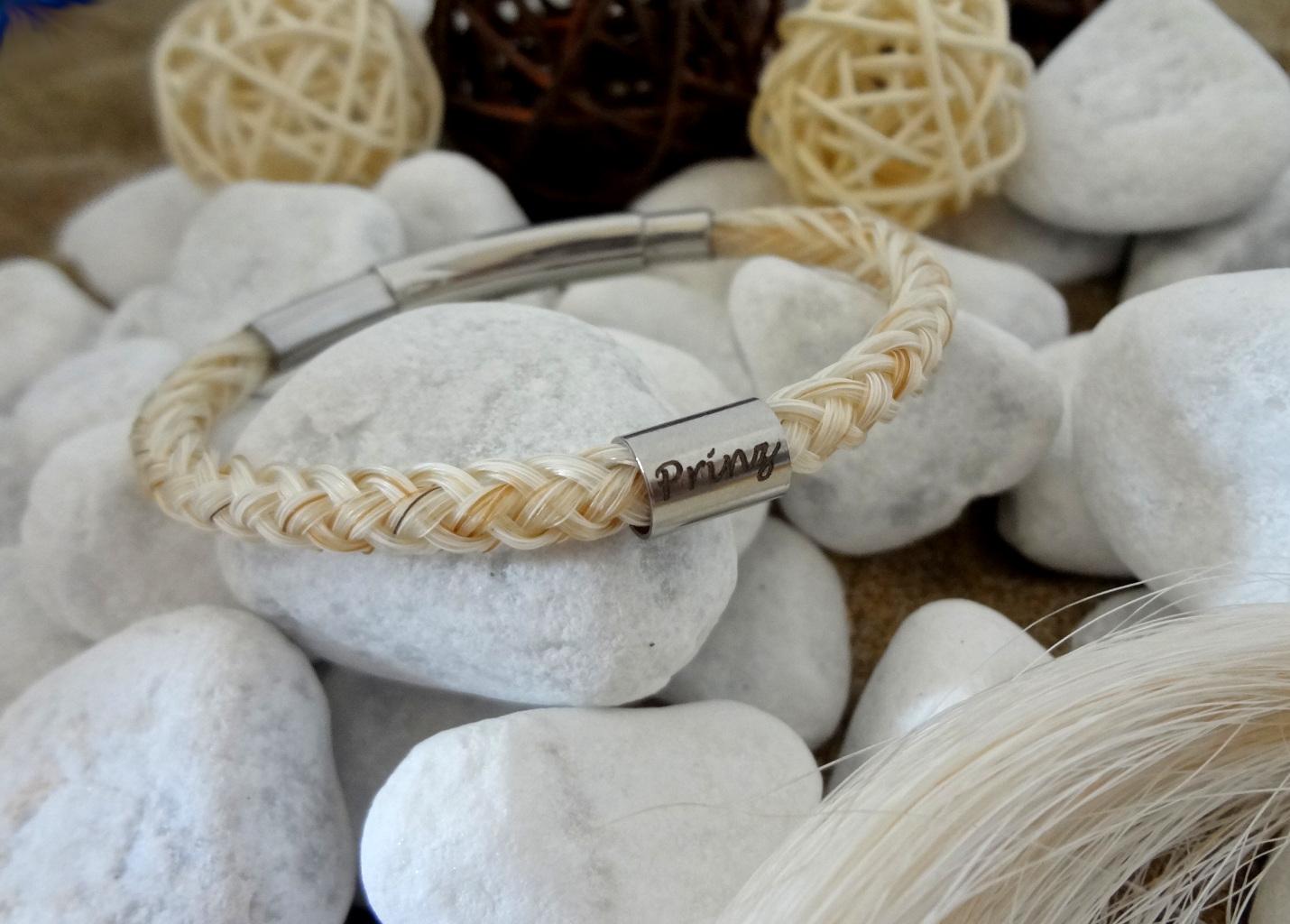 R8-Gravur-Edelstahlhülse (dick): Rund geflochtenes Armband aus 8 weißen Strängen mit einzelnen dunkleren Haaren, mit einer dicken Edelstahlhülse mit Gravur - mit verstellbarem Edelstahl-Bajonettverschluss - Preis: 64 Euro