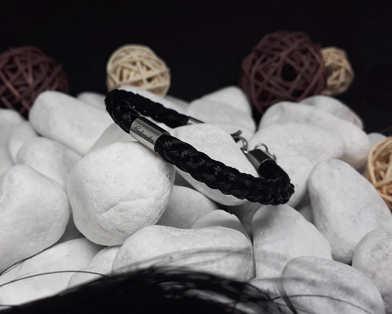 R8-Gravur-Edelstahlhülse (dick): Rund geflochtenes Armband aus 8 schwarzen Strängen mit einer dicken Edelstahlhülse mit Gravur - mit Edelstahl-Karabinerverschluss - Preis: 64 Euro