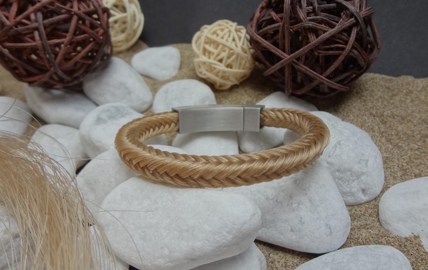 V16: Viereckig geflochtenes Armband aus 16 beigen Strängen, mit rechteckigem Edelstahl-Magnetverschluss (matt) - Preis: 74 Euro