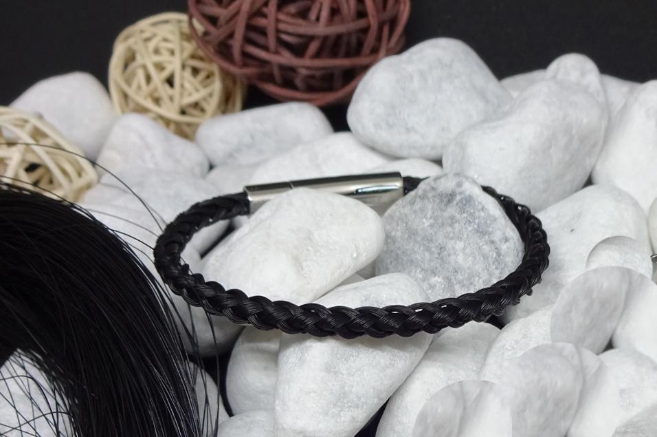 R6-schwarz: Rund geflochtenes Pferdehaar-Armband aus 6 schwarzen Strängen mit Edelstahl-Hebeldruckverschluss - Preis: 49 Euro