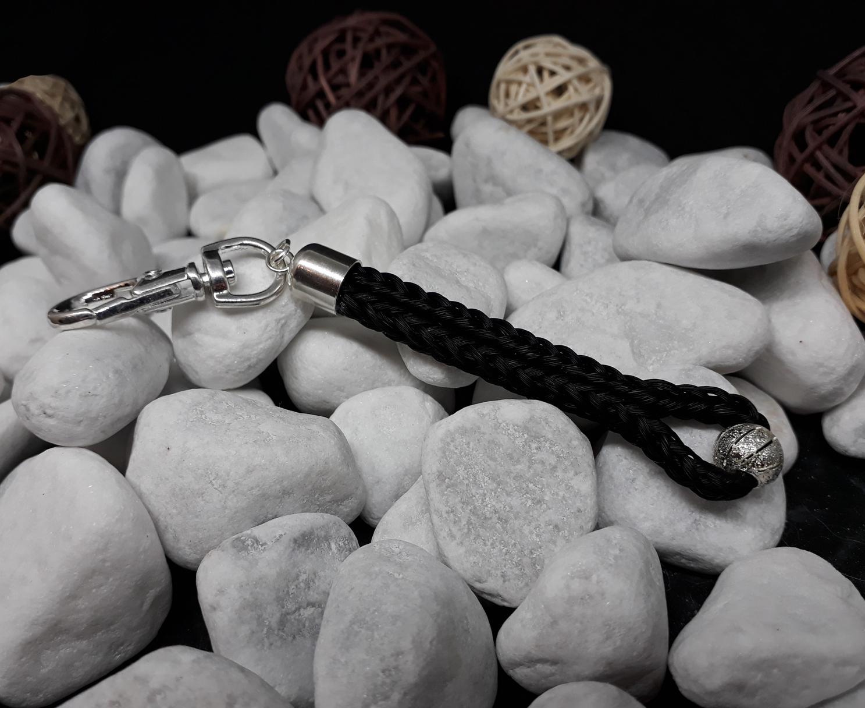"""Schlüsselanhänger in Stabform, viereckig geflochten mit schwarzem Pferdehaar, mit versilberter Perle """"Stardust"""", mit Endkappe aus 925er Silber - Preis: 44 Euro"""