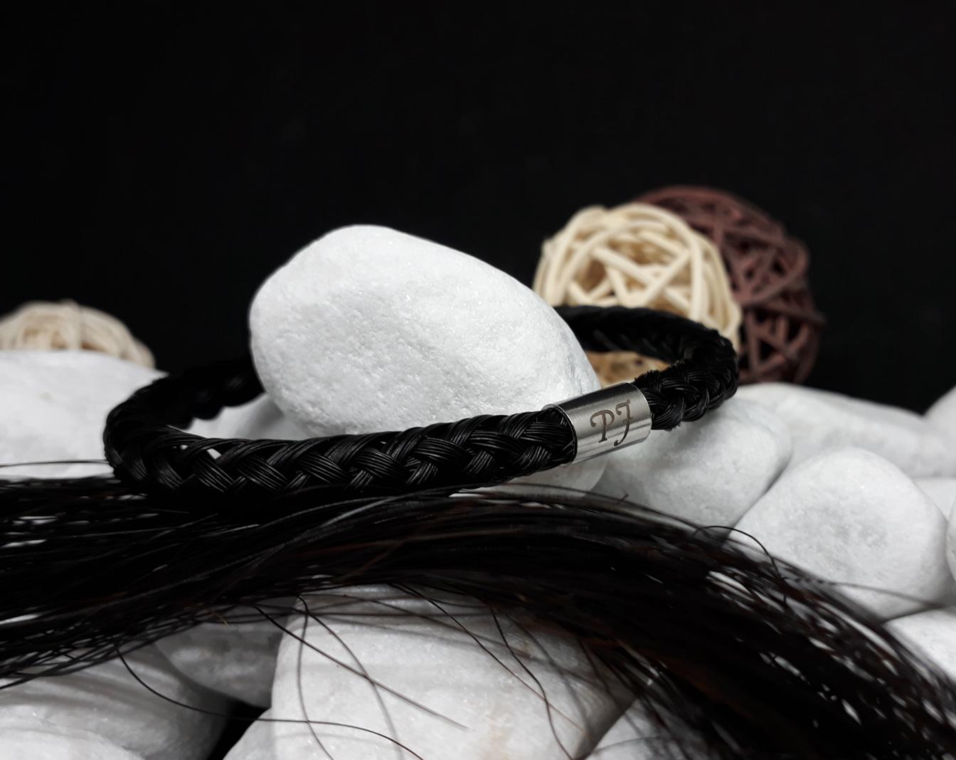 R8-Gravur-Edelstahlhülse (dick): Rund geflochtenes Armband aus 8 schwarzen Strängen mit einer dicken Edelstahlhülse mit Gravur - mit Edelstahl-Bajonettverschluss - Preis: 64 Euro