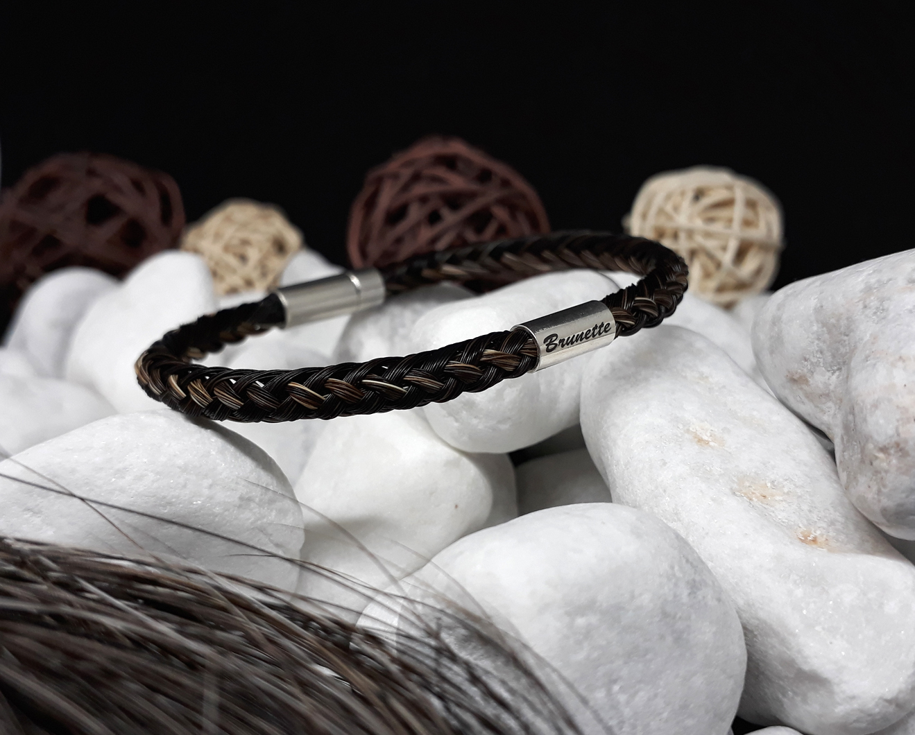 R8-Gravur-Silberhülse (dick): Rund geflochtenes Armband aus 8 braun mellierten Strängen mit 925er Silber-Hülse (dick) mit Gravur, mit 925er Silber-Druckverschluss - Preis: 79 Euro