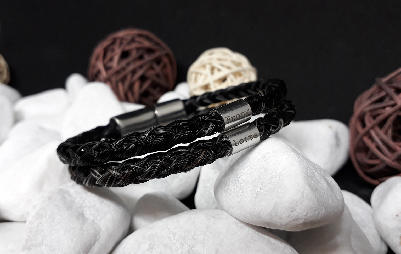 Doppelt rund geflochtenes Armband aus 6 dicken Strängen mit je zwei Edelstahl Hülsen (dick) mit Gravur, mit Edelstahl-Magnet-Schiebeverschluss - Preis: 94 Euro