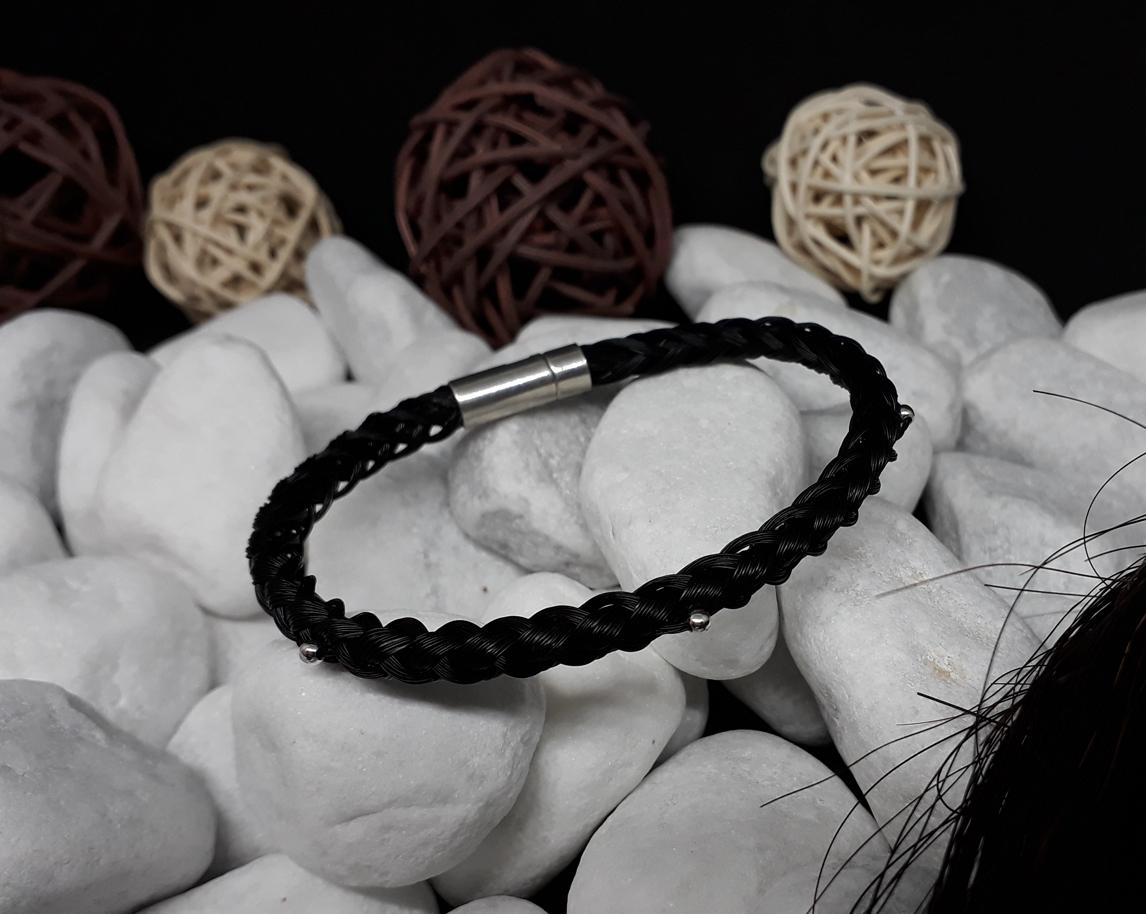 R6-Quetschperlen: Rund geflochtenes Armband aus 6 schwarzen Strängen mit 3 Silber-Quetschperlen, mit 925er Silber-Druckverschluss - Preis: 65 Euro
