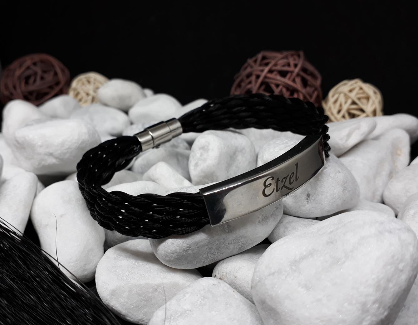 F10-Gravur: Flach geflochtenes Armband aus 10 Strängen mit rechteckiger flacher Edelstahlhülse mit Gravur, mit Edelstahl-Bajonettverschluss - Preis: 59 Euro