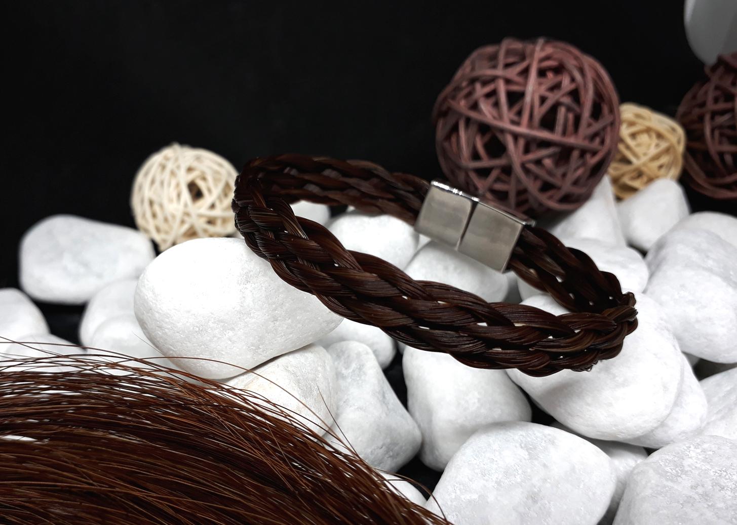 F6-braun: Flach geflochtenes Armband aus 6 dicken braunen Strängen, mit flachem Edelstahl-Magnetverschluss - Preis: 49 Euro